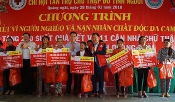 truong ban tuyen giao trung uong vo van thuong tang qua tet cho ba con vung lu quang ngai