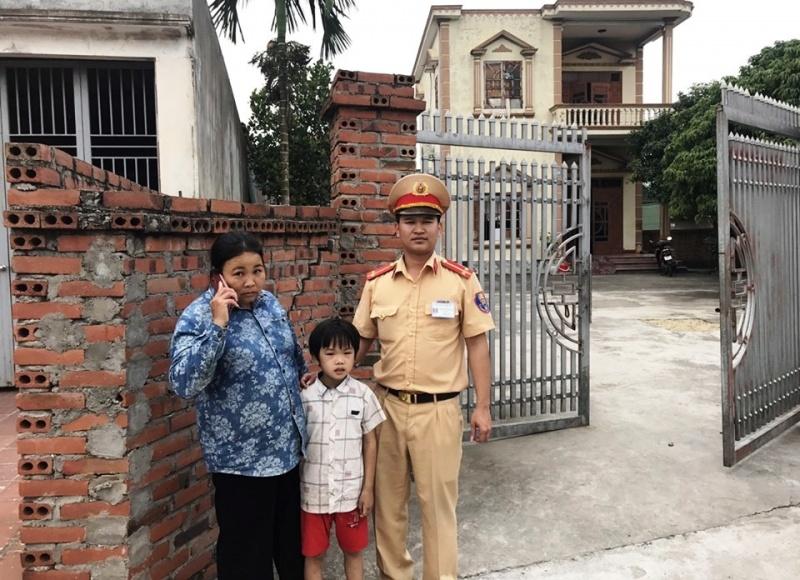 Quảng Ninh:  Cảnh sát giao thông bàn giao cháu bé bị lạc đường