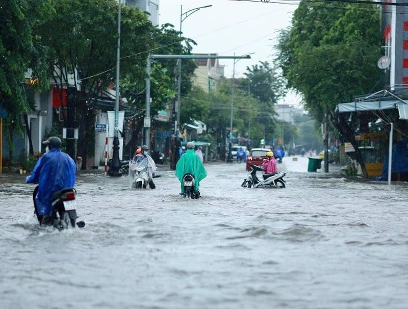 Quảng Ngãi: Phố thành sông khi lượng mưa vượt kỷ lục 12 năm