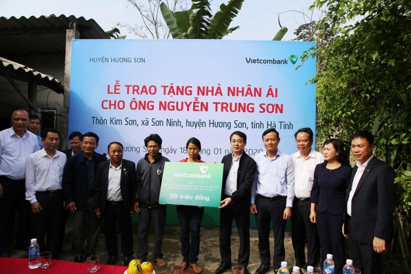 Vietcombank tặng 100 nhà nhân áivà 1000 suất quà, mang Tết ấm đến với người nghèo