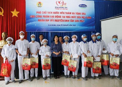 Phó Chủ tịch nước đến thăm người lao động tại nhà máy sữa 4.0 của Vinamilk trước thềm Tết Tân Sửu