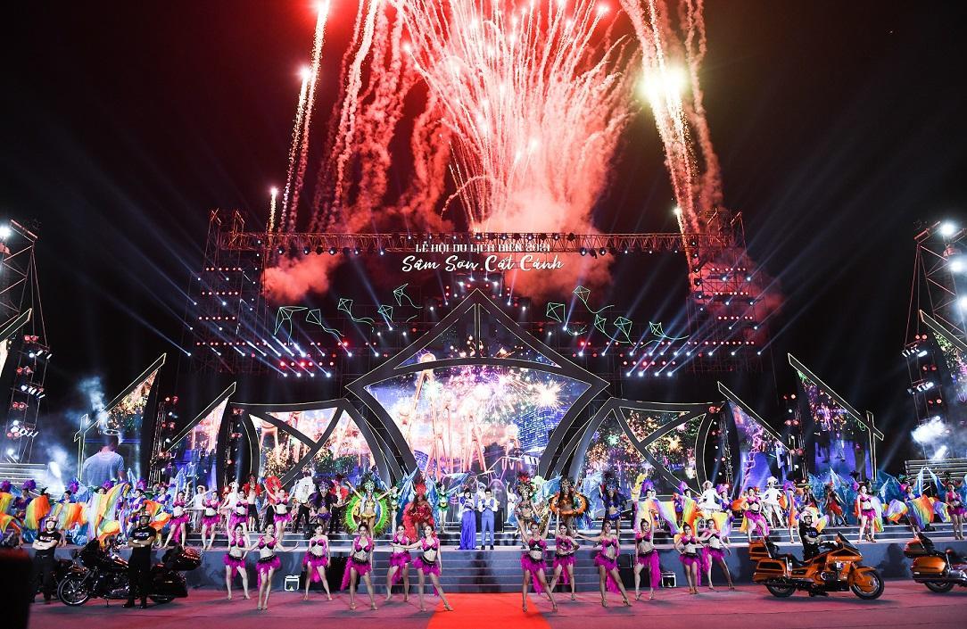 Hàng ngàn người dân và du khách đổ về Sầm Sơn trong đêm khai mạc Lễ hội du lịch Biển 2021