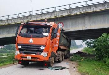 Phớt lờ cảnh báo, tài xế khiến xe đầu kéo bị kẹt cứng dưới gầm cầu vượt