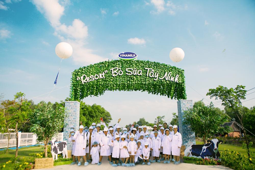Vinamilk tổ chức cho con em nhân viên thăm Resort bò sữa
