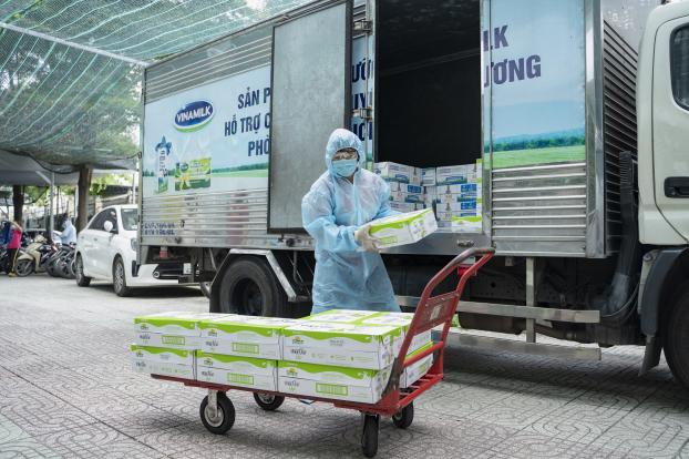 Vinamilk hỗ trợ 48.000 sản phẩm cho tổ công tác lấy mẫu, xét nghiệm của TP. Hồ Chí Minh