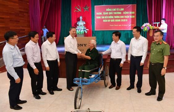 ban lanh dao vietcombank tham gia doan cong tac cung bo truong to lam tham va tang qua cac dc thuong binh tai thuan thanh bac ninh