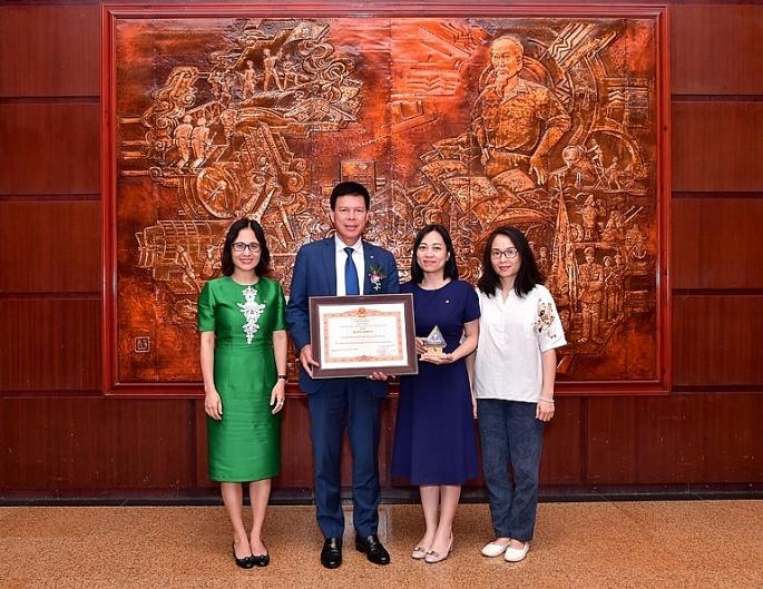vietcombank vinh du duoc thu tuong chinh phu tang bang khen doanh nghiep tieu bieu vi nguoi lao dong