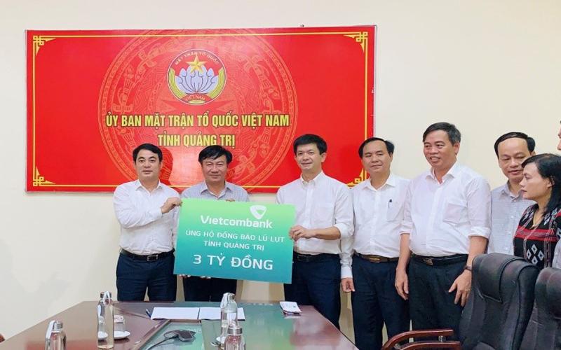 vietcombank ung ho 11 ty dong chung tay cung can bo chien si va dong bao mien trung vuot qua kho khan truoc thien tai lu lut