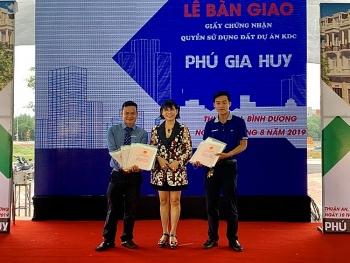 Phú Hồng Thịnh bàn giao 329 sổ đỏ ở dự án Phú Gia Huy