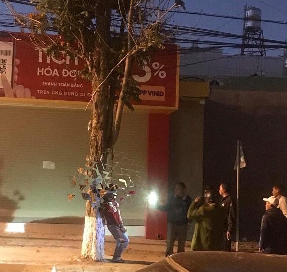 Kon Tum: Phát hiện người đàn ông treo cổ bên đường