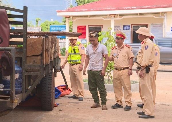 Đắk Lắk: CSGT nổ súng truy bắt đối tượng chở gỗ lậu hung hãn
