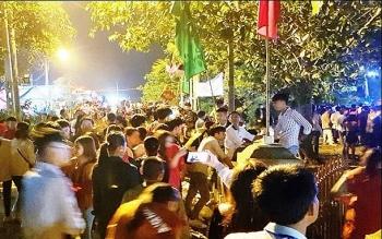 Hàng vạn người đi lễ hội chợ đình Bích La cầu may đầu năm