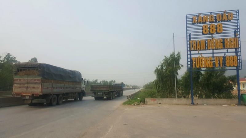 Hàng loạt xe tải đi ngược chiều trong đêm , nguy cơ xung đột, tai nạn giao thông nghiêm trọng, khôn lường
