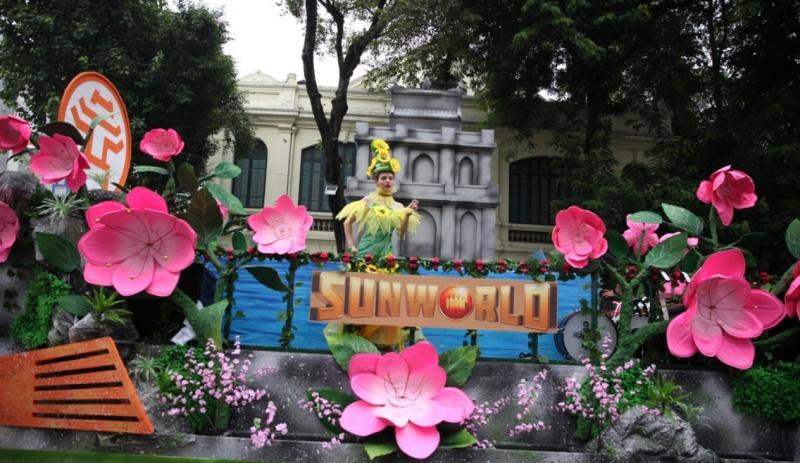 Hồ hởi chen chân ngắm các vũ công Carnival khuấy động tưng bừng phố đi bộ Hà Nội