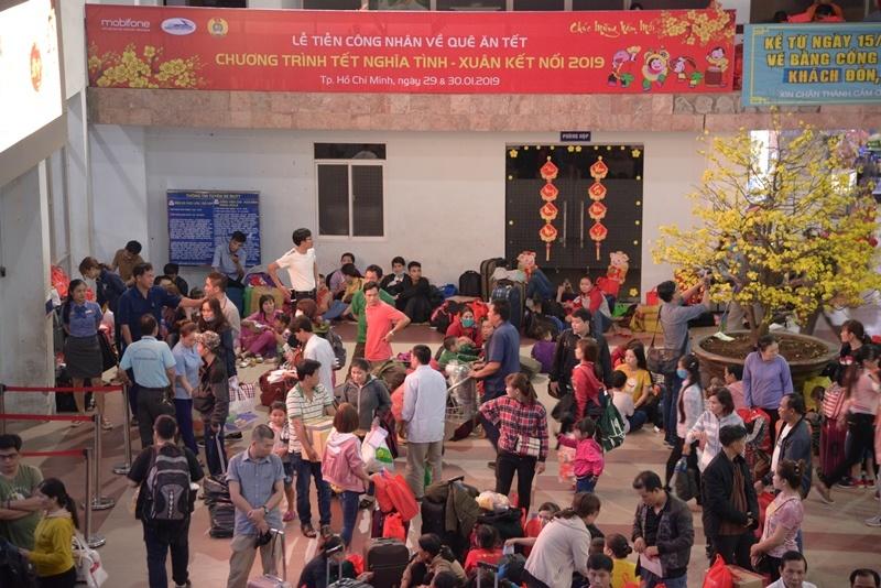 mobifone trao tang 1200 ve tau ve que cho cong nhan trong chuong trinh tet nghia tinh xuan ket noi 2019