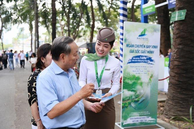 Khách đội nắng xếp hàng chờ vé máy bay 149.000 VND của Bamboo Airways