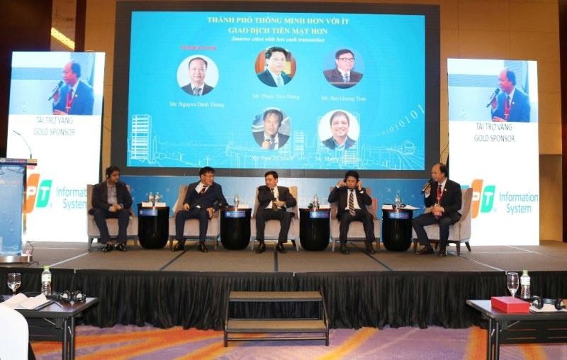 Chủ tịch UBND TP Hà Nội Nguyễn Đức Chung thăm gian hàng Ví Việt tại Hội nghị Thượng đỉnh về Thành phố Thông minh 2018