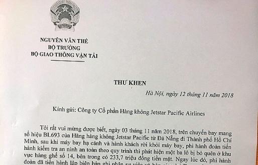 Bộ trưởng GTVT khen tiếp viên trao trả 230 triệu đồng khách bỏ quên