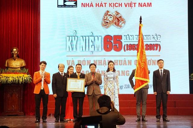 Nhà hát Kịch Việt Nam đón nhận Huân chương Lao động hạng Nhất