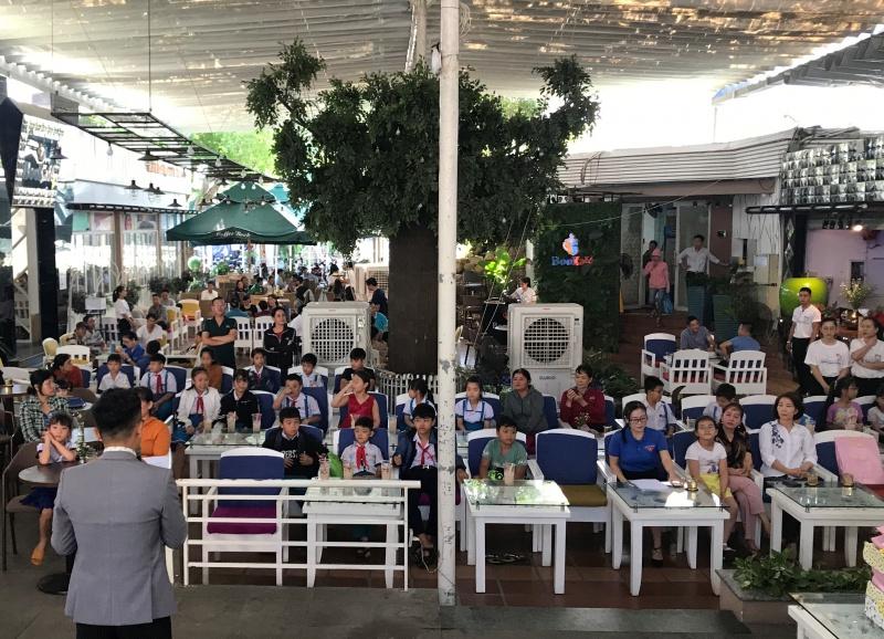 Bình Định: Tặng quà cho học sinh có hoàn cảnh khó khăn nhân ngày Quốc tế Thiếu nhi
