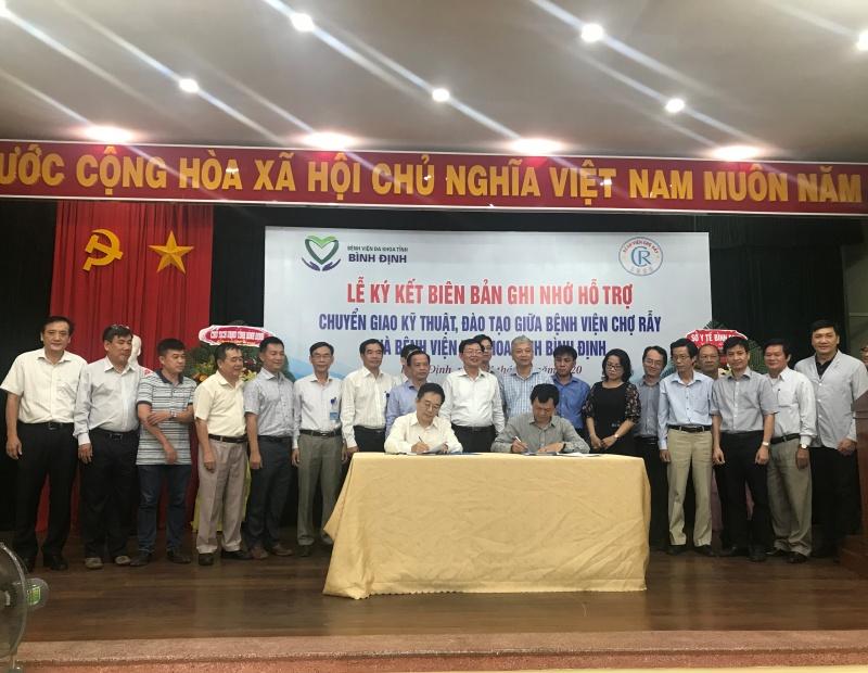 Bình Định: Bệnh viện Chợ Rẫy và Bệnh viện Đa khoa tỉnh ký kết Biên bản ghi nhớ về hổ trợ đào tạo, chuyển giao kỹ thuật