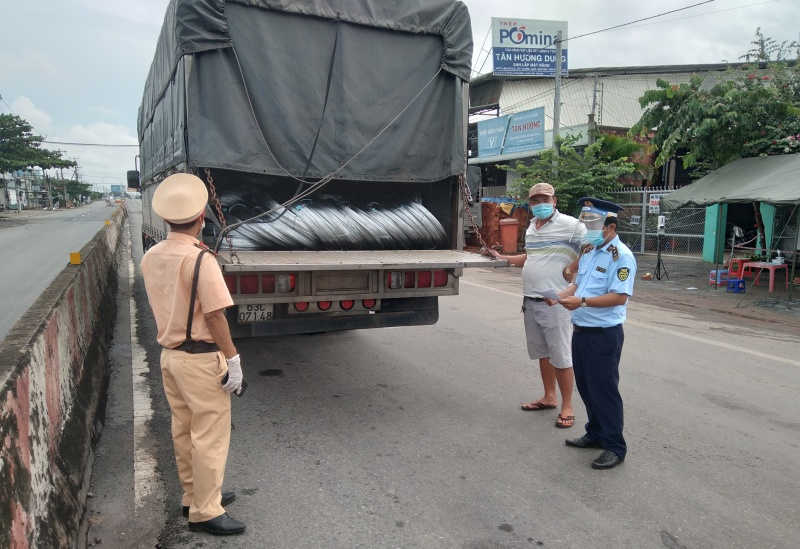 """Tiền Giang: Xe """"luồng xanh"""" chở 14 tấn thép cuộn vi phạm nhãn hàng"""