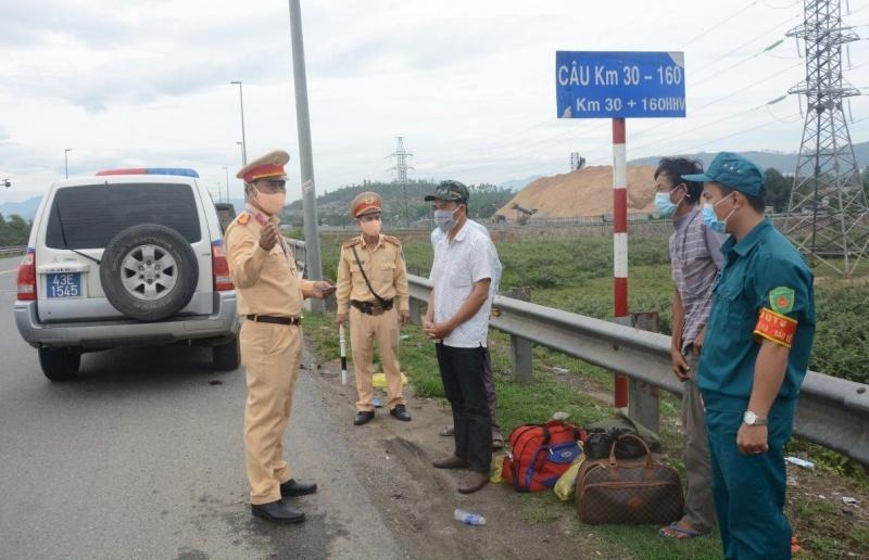 Đà Nẵng: Tước giấy phép lái xe một tài xế cố tình vượt chốt kiểm soát dịch