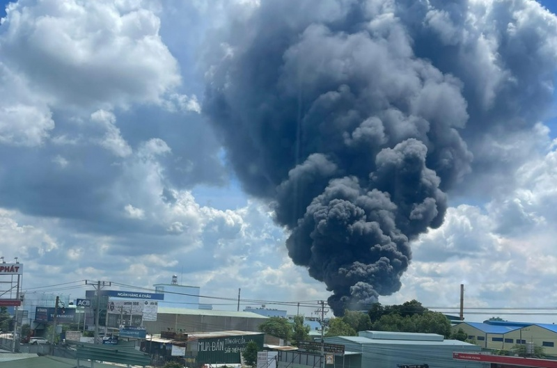 Cháy lớn tại công ty sản xuất mút xốp ở Bình Dương