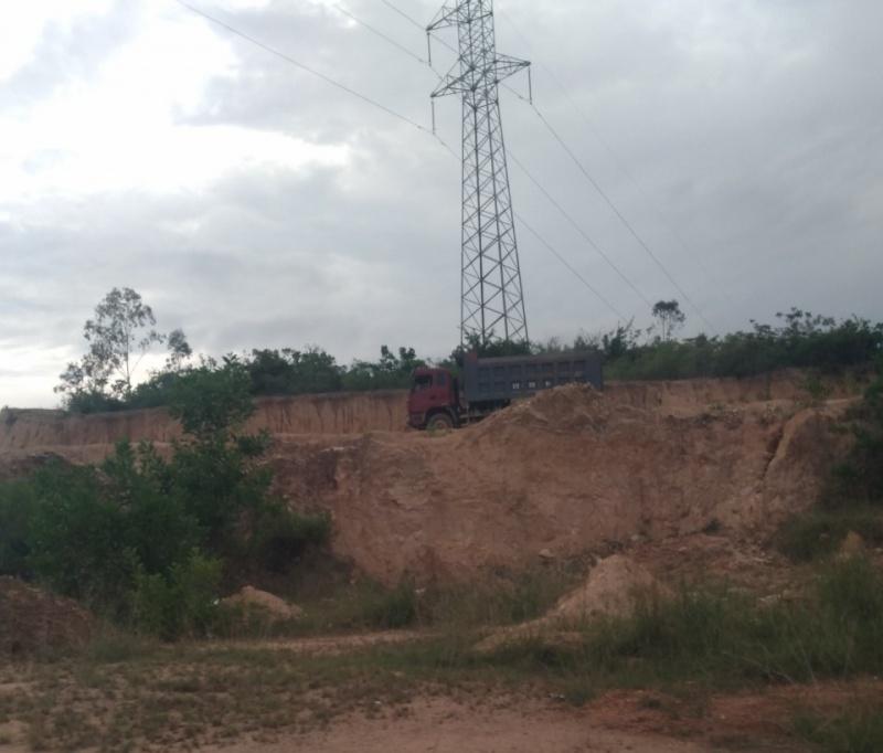 Vụ khai thác đất trái phép ở Bình Định: Xử lý trách nhiệm Chủ tịch UBND xã theo quy định nào? (bài 3)