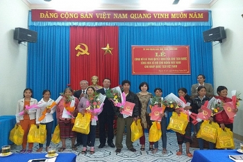 trao quyet dinh nhap quoc tich viet nam cho cong dan lao o a luoi