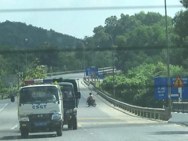 Quảng Trị: Xe CSGT chở cây cảnh ngoài giờ làm việc