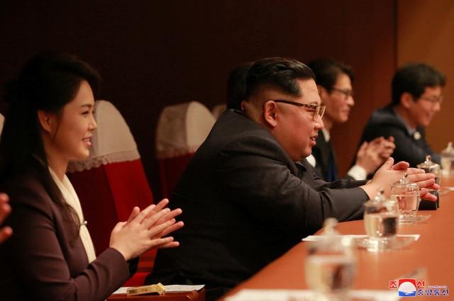 ong kim jong un va vo hao hung thuong thuc k pop