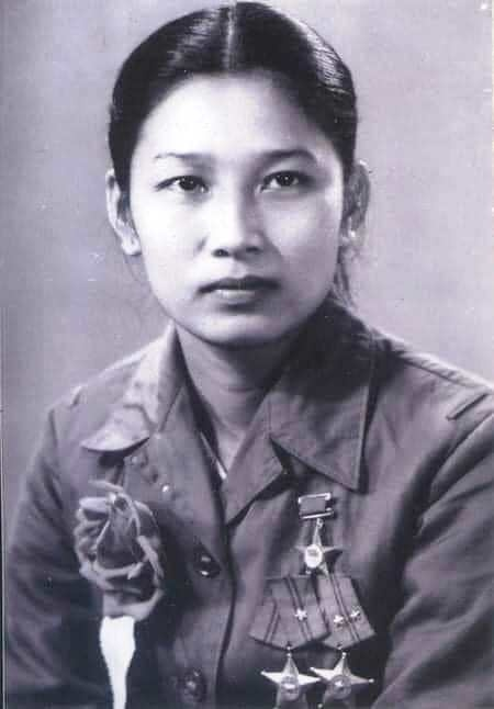 nu anh hung ben dong song nhat le