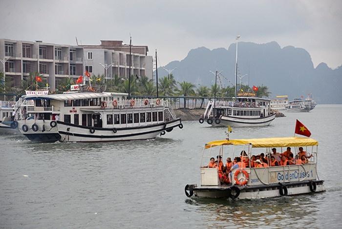 """Quảng Ninh: Xuồng máy mang BKS của bộ đội biên phòng chở khách """"chui""""?"""