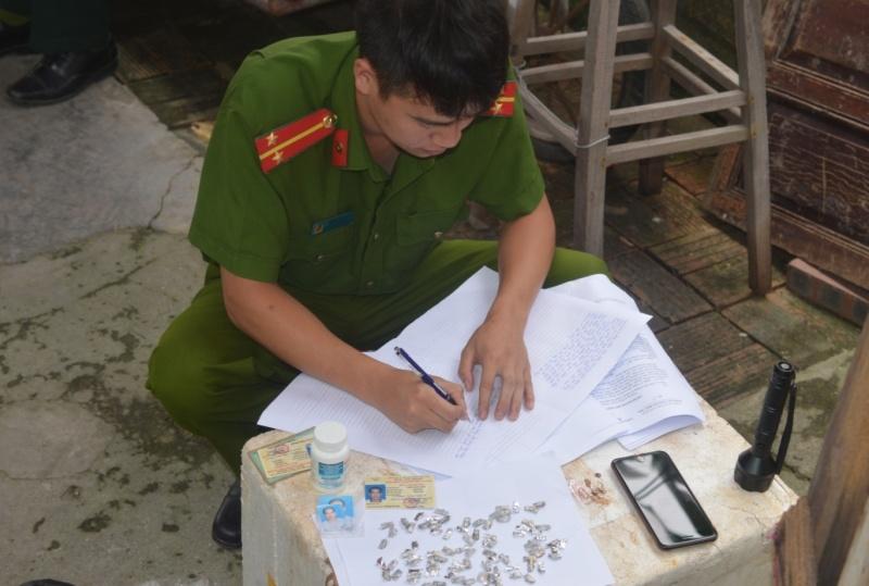 """Quảng Ninh: Bắt giữ 2 """"con nghiện"""" mua bán trái phép chất ma túy"""