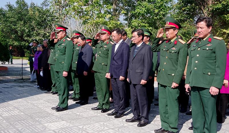 Quảng Ninh: Thứ trưởng Bộ Quốc phòng thăm, tặng quà gia đình chính sách tại Móng Cái