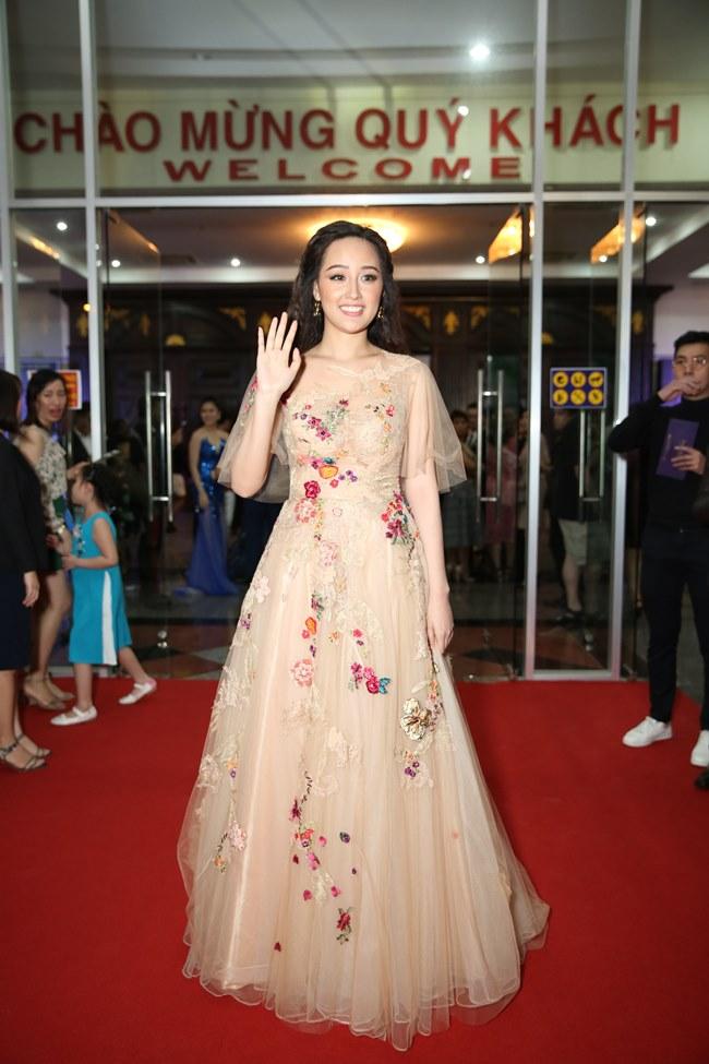 Mai Phương Thúy nổi bật giữa dàn người đẹp  tại đêm chung kết Hoa hậu Hoàn Vũ 6/1/2018