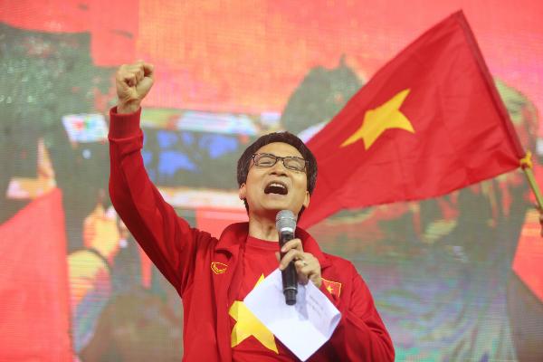 Người hâm mộ vẫn xuống đường hô vang 'Việt Nam' sau trận chung kết