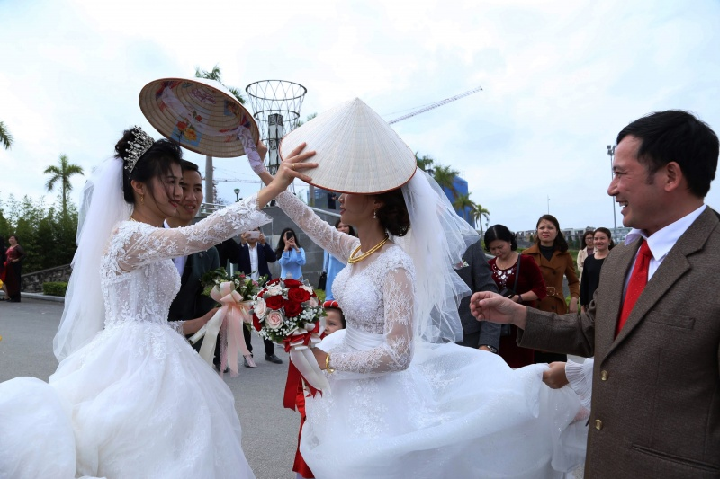 Hai cô dâu trao nón cho nhau để cầu may tại Cao Bằng