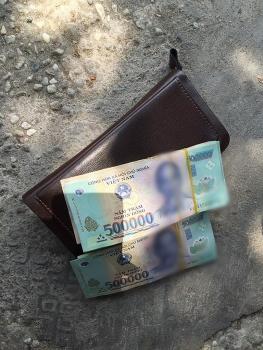 Nhặt được ví, anh thợ xây đem trả lại người mất không nhận tiền hậu tạ