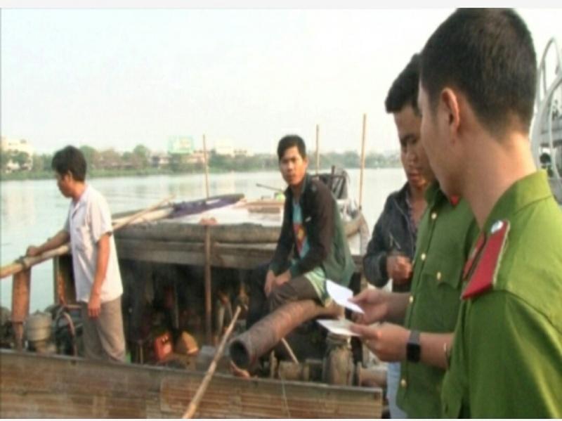 Huế: Bắt 5 đò khai thác cát lậu trên sông Hương