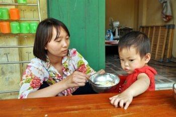 """Cô giáo """"nuôi"""" 10 học sinh người Dao trên núi"""