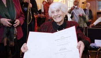 """Bà lão nhận bằng tiến sĩ ở tuổi 102: """"Tôi làm điều này là vì họ"""""""