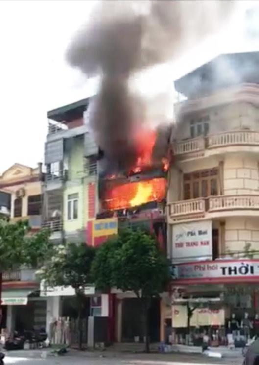 Cháy cửa hàng gas, cả khu phố náo loạn