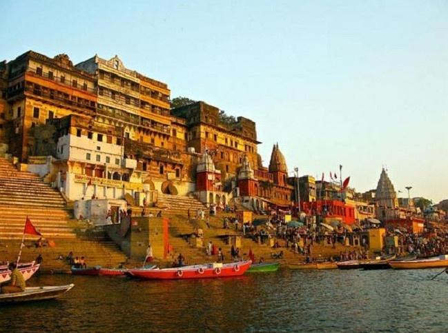 Phong tục hỏa táng người chết bên bờ sông thiêng ở Ấn Độ