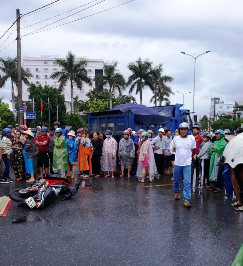 Va chạm với xe tải, cô gái trẻ ở Quảng Trị tử vong tại chỗ