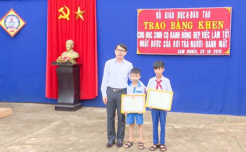 Trả lại tiền cho người đánh rơi, 2 học sinh Quảng Trị được Bộ Giáo dục và Đào tạo tặng bằng khen