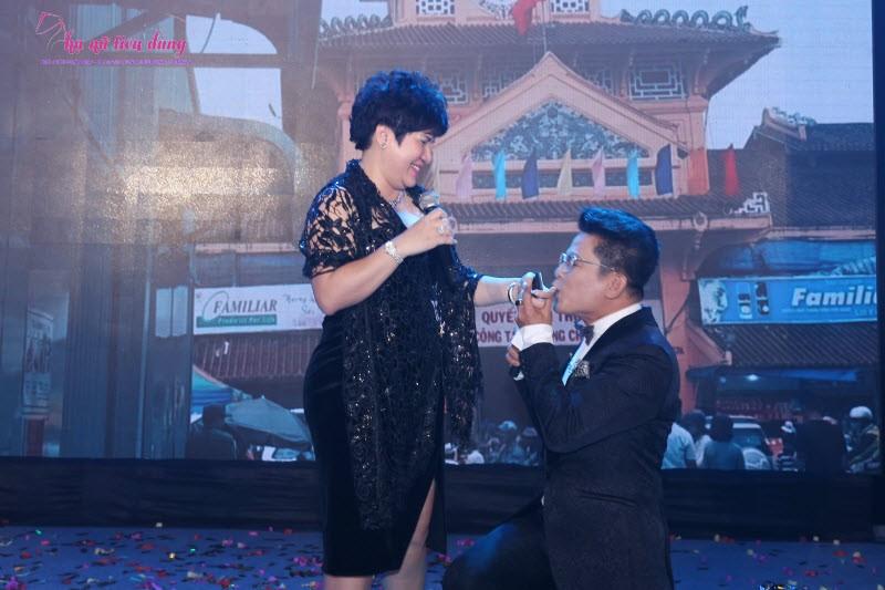 MC Thanh Bạch quỳ hôn một nữ đại gia vào ngày sinh nhật