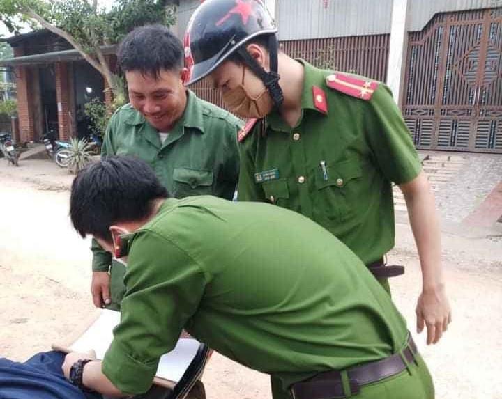 Không đeo khẩu trang, nhiều người bị lực lượng công an xử phạt