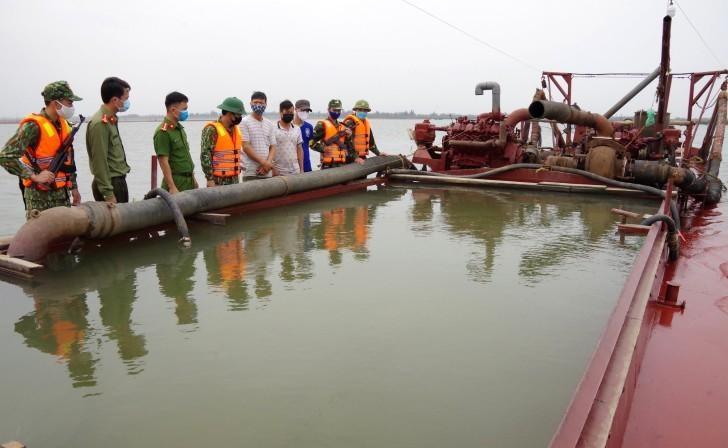 Bắt giữ tàu 'khủng' khai thác cát trái phép trên biển